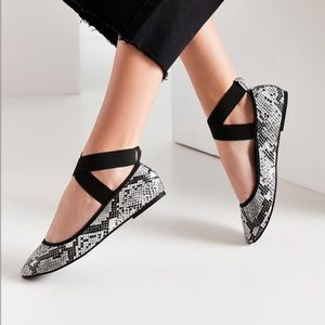 URBAN OUTFITTERS > Snakeskin Flats